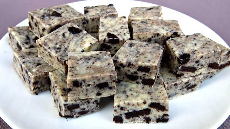 How To Make 3-Ingredient Cookies And Cream Fudge